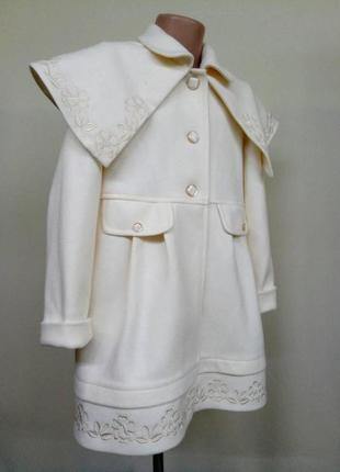 Милое светлое нежное пальто с пелериной с вышивкой