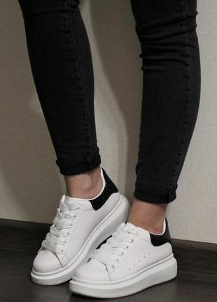 Стильные женские белые кеды (кроссовки) с черным задником