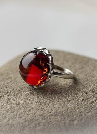 Серебряное кольцо с красно-коньячным янтарем