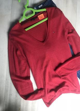 Актуальный свитер с треугольным вырезом4 фото