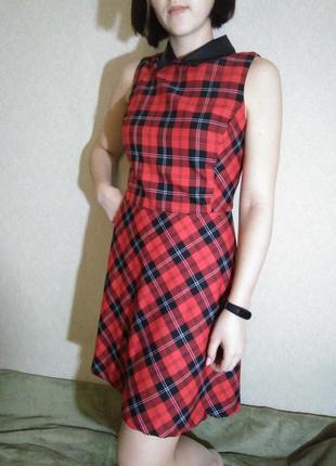 Стильное платье насыщенного красного цвета с кожаным воротником
