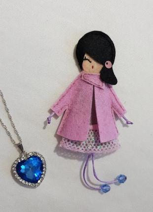 Куколка брошка