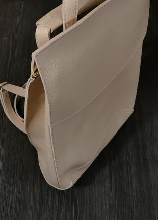 Рюкзак- конверт бежевого цвета из эко-кожи