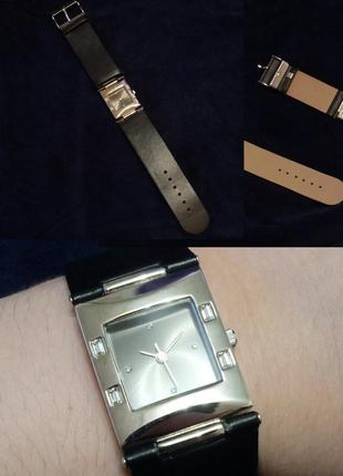 Женские наручные часы с серебристым циферблатом