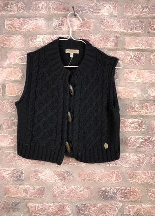 Короткий теплый черный жилет объемной вязки mari brandt