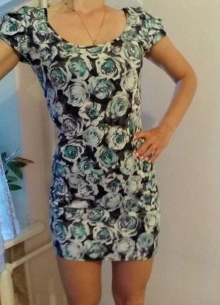 Коротенькое платье с розами
