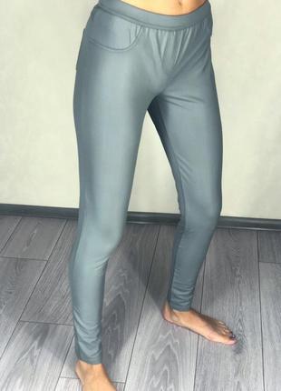 Серые штаны под кожу легинсы с карманами серого цвета