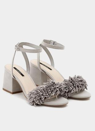 Босоножки замш с бахромой на среднем каблуке серые pull&bear оригинал