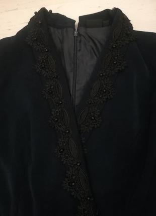 Стильный комбинезон с декорированным воротником