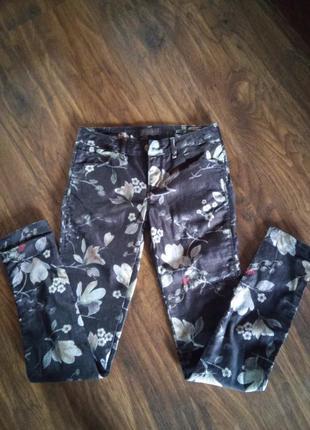 Невероятно стильные и красивые джинсы с растительным орнаментом guess