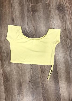 Желтая короткая футболка