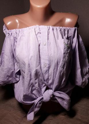 Стильная блуза-рубашка в клетку с открытыми плечами, и нашивкой на кармашке