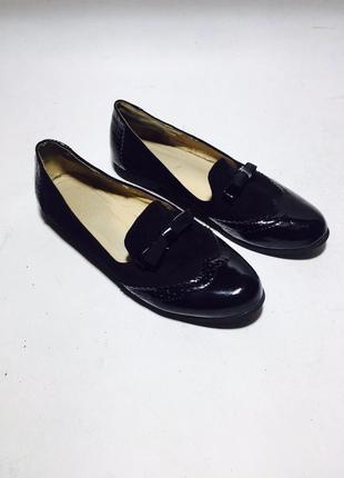 Очень стильные лаковые перфорированные туфельки на низком ходу с бантиком