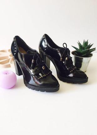 Стильные лаковые туфли на шнуровках и высоком устойчивом каблуке с бахромой