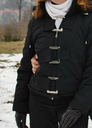 Укороченная черная куртка пуховик с капюшоном пряжками городская лыжная