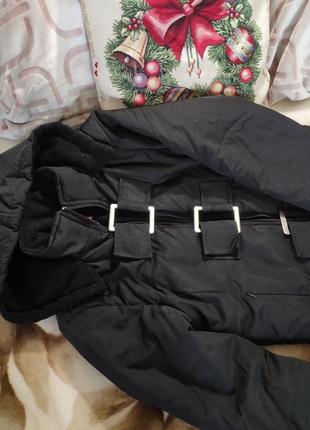 Укороченная черная куртка пуховик с капюшоном пряжками городская лыжная2 фото