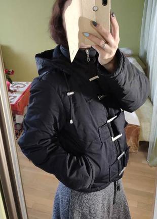 Укороченная черная куртка пуховик с капюшоном пряжками городская лыжная4 фото
