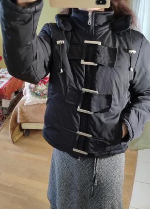 Укороченная черная куртка пуховик с капюшоном пряжками городская лыжная5 фото