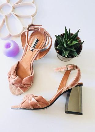 Невероятные бархатные босоножки на толстом устойчивом каблуке от topshop пудрового цвета