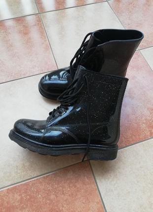 Очень крутые резиновые ботинки на шнуровке по типу тимберлэндов