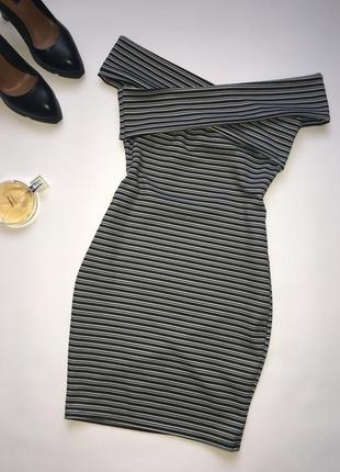 Классное платье с открытыми плечиками.