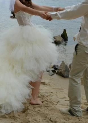 Свадебное платье короткое а-силует молочного цвета, очень пышное