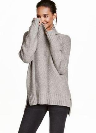 Серый свитер с горловиной h&m.