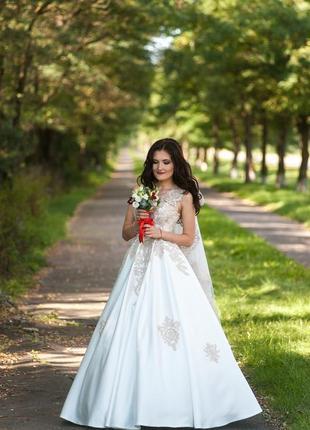 Вишукана весільна сукня, атлас