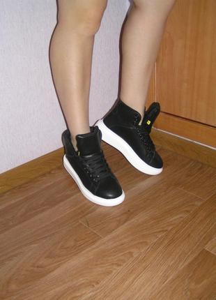 Продам весенние  кроссовки