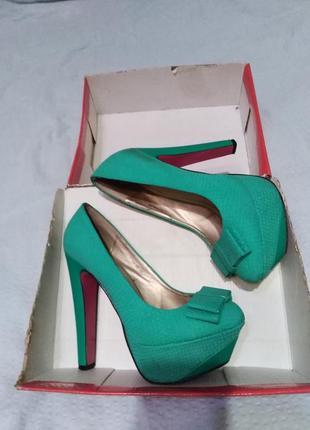 Красивые бирюзовые туфли