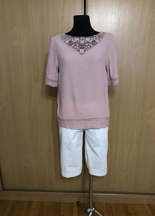 Блуза цвета пыльной розы с ажурной вставкой