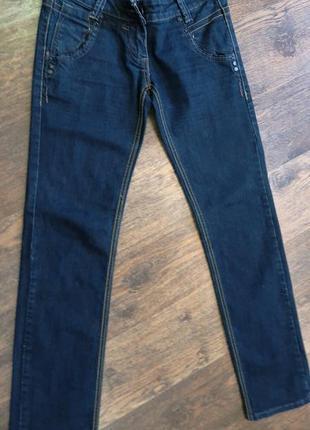 Стильные джинсы узкачи.