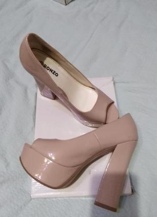 Нюдовые лаковые туфли на  широком каблуке ronzo  36,5 р.