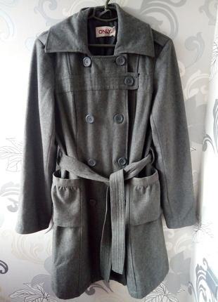 Серое шерстяное демисезонное пальто only  на пуговицах с поясом, шинель