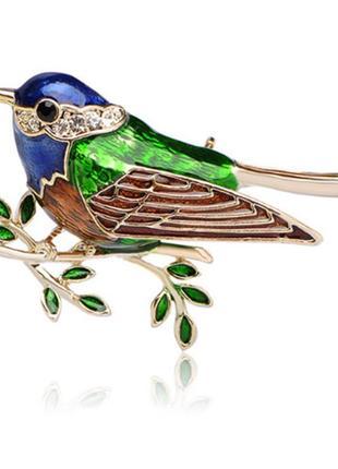 Крутая брошь птица на ветке с эмалью