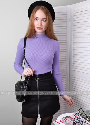 Гольф в рубчик с вышивкой queen джемпер водолазка лапша сиреневая фиолетовая лаванда