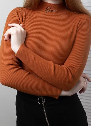 Гольф в рубчик с вышивкой queen свитер джемпер водолазка лапша кирпичная терракотовая2