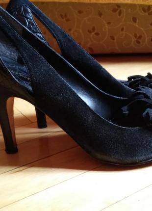 Фирменные с натуральной кожи и замша туфли на среднем каблуке