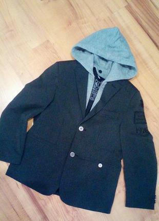 Стильный пиджак с снимаемым капюшоном на 9-11 лет