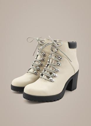 Натуральные кожаные ботильоны vagabond, швеция. ботинки на шнурках молочного цвета