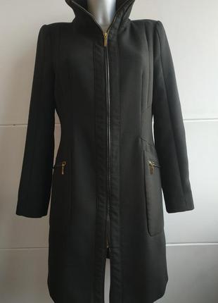 Стильное пальто zara в базовом черном цвете с молниями