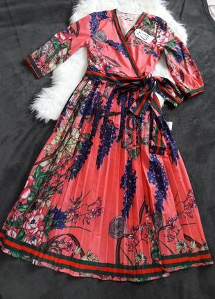 Коралловое платье с принтом плиссе