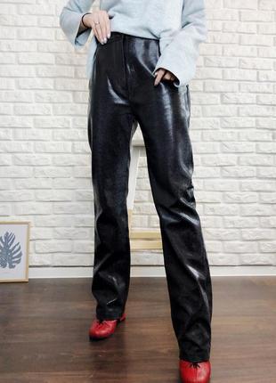 Кожаные брюки на завышенной талии размер m ровные клеш под змеиную кожу