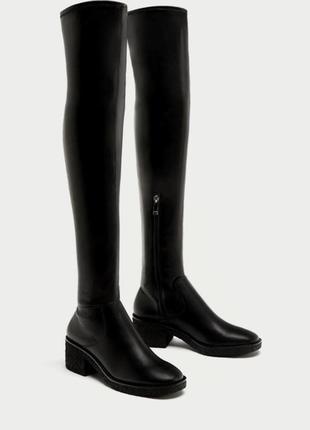 Лаковые ботфорты zara, черного цвета.  очень удобные за счет массивной подошвы