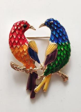 Трендова річ цього сезону - яскрава брошка з папугами.