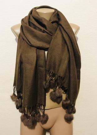 Широкий шарф палантин шаль с меховыми кисточками 175*70 см.