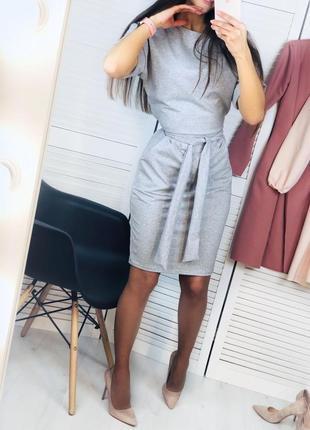 Сукня сірого кольору на короткий рукав з карманами
