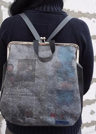 Натуральная кожа. рюкзак с принтом газета