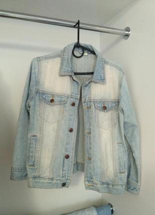 Светлая джинсовая куртка для весны
