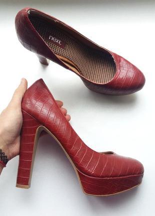 Next лаконичные туфли 39.5рр бордовые высокий каблук столбик кожа крокодил красные
